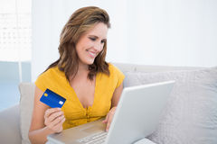 Pretty blonde using her credit card to buy online Royalty Free Stock Photos