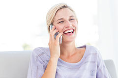 Pretty blonde woman calling on the phone Royalty Free Stock Photography