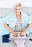 Pretty blonde woman using her laptop on the couch Stock Images