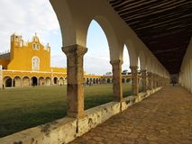 Pretty church, courtyard and arches of the Monastery of Izamal Royalty Free Stock Photos