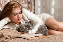 Pretty and cute woman reading a book Royalty Free Stock Images