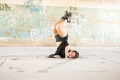 Pretty dancer doing a headstand Royalty Free Stock Photos