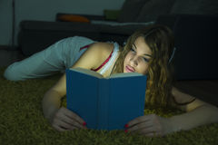 Pretty girl reading a book Royalty Free Stock Photography