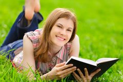 Pretty Girl Reading Outdoors Royalty Free Stock Images