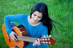 Pretty guitarist playing the guitar Royalty Free Stock Photos