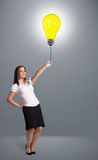 Pretty lady holding a light bulb balloon Royalty Free Stock Photos