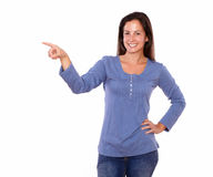 Pretty lady pointing to her right Royalty Free Stock Photography