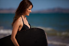 Pretty Latin brunette ready to surf Royalty Free Stock Photo