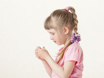 Pretty little girl reading the text on a card Royalty Free Stock Images
