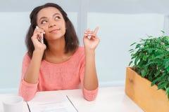 Pretty mulatto woman talking per mobile phone Stock Photos
