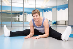 Pretty senior woman exercising in gym Royalty Free Stock Images