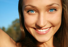 Pretty smiling dark-haired girl Royalty Free Stock Photos
