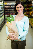 Pretty smiling woman holding grocery bag Royalty Free Stock Photos