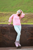 Pretty stylish woman on the roller skates posing in the city par Royalty Free Stock Photography