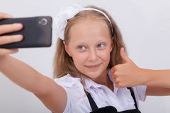 Pretty teen girl taking selfies with her smart Royalty Free Stock Images