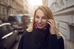 Pretty vivacious woman chatting on a mobile phone Royalty Free Stock Photos