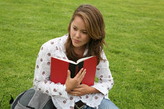 Pretty Woman Reading Royalty Free Stock Photos
