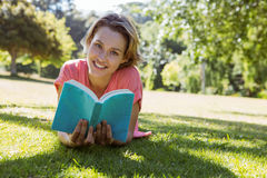 Pretty woman reading book in park Royalty Free Stock Photos