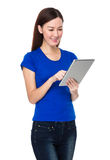 Pretty woman use of digital tablet Royalty Free Stock Images