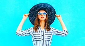 Pretty woman wearing straw hat posing in the city Royalty Free Stock Photos