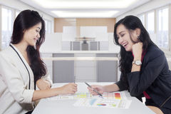 Pretty workers discussing at workplace Royalty Free Stock Photography