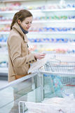 Pretty youman buying groceries in a supermarket Royalty Free Stock Photos
