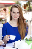 Pretty young blonde woman sitting in the cafe Royalty Free Stock Photos