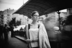 Pretty young brunette woman dressed casual posing outdoor with leather handbag. black and white photo Royalty Free Stock Photography
