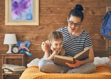 Mother reading a book Royalty Free Stock Photos
