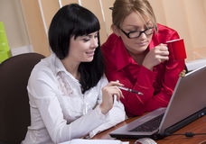 Pretty young women discuss the business Royalty Free Stock Images