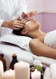 Prettyl kobieta z twarzową maską przy piękno salonem w spa Zdjęcie Stock