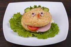 Pretvoedsel voor jonge geitjes - de hamburger kijkt als een grappige snuit Stock Afbeeldingen
