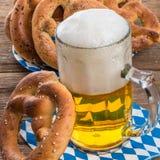 Pretzeis caseiros e cerveja Fotografia de Stock