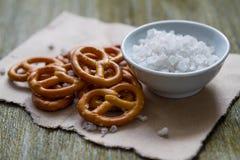 Pretzeis com sal no fundo de madeira Imagem de Stock