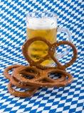 Pretzeis e cerveja. foto de stock