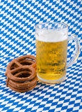 Pretzeis e cerveja. fotos de stock