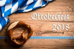 Pretzel με τη βαυαρική διακόσμηση και το μήνυμα ` Oktoberfest 2018 ` στοκ εικόνα με δικαίωμα ελεύθερης χρήσης