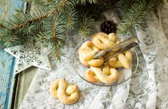 Pretzel με τη ζάχαρη σε μια νέα διακόσμηση έτους ή Χριστουγέννων Αγροτικό ύφος, εκλεκτική εστίαση Στοκ φωτογραφία με δικαίωμα ελεύθερης χρήσης