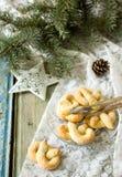 Pretzel με τη ζάχαρη σε μια νέα διακόσμηση έτους ή Χριστουγέννων Αγροτικό ύφος, εκλεκτική εστίαση Στοκ εικόνα με δικαίωμα ελεύθερης χρήσης