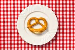 pretzel πιάτων λευκό Στοκ Εικόνες