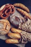 Pretzel bávaro y repostería y pastelería tradicionalmente hecha - Imagen imagen de archivo libre de regalías