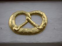 Pretzel de oro Imágenes de archivo libres de regalías