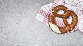 Pretzel delicioso com sal, alimento alemão fotos de stock royalty free