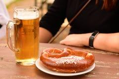 Pretzel en Bier in Beierse Oktoberfest stock fotografie