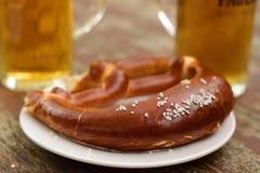 Pretzel en Bier in Beierse Oktoberfest stock afbeeldingen