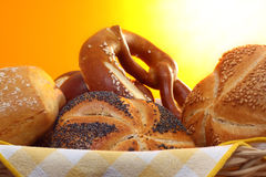 Pretzel en broodjes in broodmand Stock Afbeelding