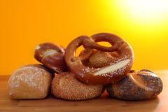 Pretzel en broodjes in zonneschijn Royalty-vrije Stock Foto's
