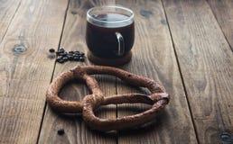 Pretzel en kop van coffe Stock Foto