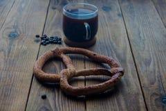 Pretzel en kop van coffe Stock Afbeeldingen