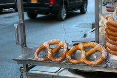 Pretzel en venta del vendedor ambulante en NYC Imágenes de archivo libres de regalías